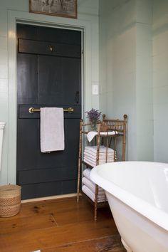 Vi på Badrumsdrömmar får ofta in frågor på hur man smartast kan använda ytorna i små badrum. Så här kommer våra till på enkla lösningar för små badrum!