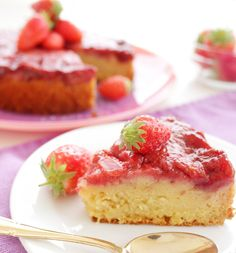 Gâteau moelleux aux fraises 30 gr de crème d'amandes, 100 gr de lait d'amandes, 50 gr de sirop d'agave, 60 gr de farine, 2 oeufs, 7 gr de levure chimique, 400 gr de fraises, 40 gr de poudre d'amande