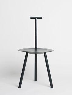 La diseñadora británica Faye Toogood experimenta con materiales y procesos en sus piezas de mobiliario e interiorismo, ya sea de producción en serie o piezas hechas a mano. Al no tener una formación como diseñadora, Toogood logra trabajar sin restricciones en piezas que desafían la idea de un mueble y rozan con lo escultórico y conceptual.