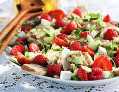 Strawberry avocado salad w/ almonds and lime dressing, I might substitute the avocado, but this still looks yummy Strawberry Avacado Salad, Avocado Salad Recipes, Healthy Salad Recipes, Healthy Snacks, Salad Wraps, Recipes From Heaven, Vegetable Salad, Soup And Salad, Ricotta