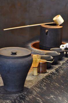 目の前で丁寧にお茶を淹れてくれる。その所作に思わず釘付けになる人も多いそう。 Japanese Matcha Tea, Matcha Green Tea, Tea Lounge, Tea Culture, Japanese Tea Ceremony, Ceramic Jars, Cafe Interior, My Tea, Pottery