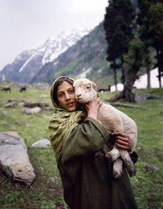 "alexander-burton: "" the-great-indian-adventure: "" Kashmiri Girl with Lamb Mamiya Kodak Portra, iso 100 ©MHP 2014 "" "" We Are The World, People Around The World, Kashmir India, Azad Kashmir, Kashmir Pakistan, Amor Animal, Kodak Portra, Portraits, Belleza Natural"
