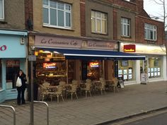 La Croissanterie in Oxford after a visit from Deans Blinds & Awnings, we manufactured & installed our Classic awning to give this deli a complete facelift