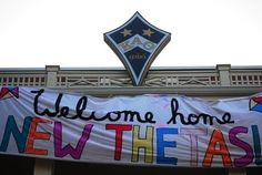 Bid Day Banner - Kappa Alpha Theta. Love the giant badge/kite they have on the house :)