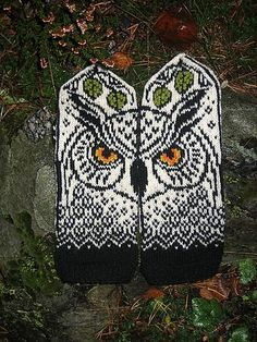 Unlike her sister, this owl is positioned straight, and will be watching you wearing these mittens. Knitted Mittens Pattern, Knitted Owl, Crochet Mittens, Knitting Socks, Hand Knitting, Knit Crochet, Crochet Hats, Fingerless Mittens, Crochet Granny