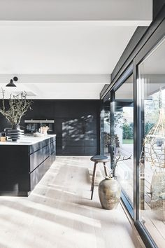 Nu er huset fra ikke til at kende. Home Decor Kitchen, Kitchen Interior, Home Kitchens, Room Interior Colour, Küchen Design, House Design, Modern Townhouse, Kitchen Colors, Home Fashion
