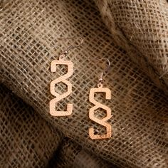 Geometric light earrings, in hand perforated and hand hammered, 18K rose gold plated and vitrified copper.  Earwire fastening in 18K pink gold plated