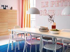 Biały stół MELLTORP dla 4 osób z białymi krzesłami REIDAR i kombinacja do przechowywania BESTÅ w okleinie sosnowej