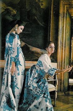 Benedetta Barzini and Mirella Petteni wearing Valentino. Image by Henry Clarke for Vogue, 1968 Fashion History, World Of Fashion, Fashion Brands, Vintage Outfits, Vintage Fashion, Vintage Couture, Vintage Dress, Vintage Clothing, Valentino Couture