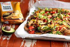 Nyt ne ovat täällä, Myllyn Parhaat Kaura tortilla chipsit! Näistä pitää koko perhe. Miedot chipsit sopivat niin dippailuun kun aterian kanssa tarjottavaksi. Tähän ruokaan voit kätkeä värikkäitä satokauden kasviksia oman makusi mukaan. Valmista uunipellillä helposti ja kutsu perhe tai ystävät koolle! Quesadilla, Naan, Cheddar, Cobb Salad, Tacos, Mexican, Ethnic Recipes, Food, Red Peppers