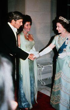 32 celebrities who wore stylish outfits when they met the queen: Elizabeth Taylor Elizabeth Taylor, Queen Elizabeth Ii, John Warner, Natasha Richardson, Royal Films, Shirley Bassey, Evolution Of Fashion, Queen Of England, Elisabeth