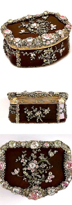Royal snuffbox ~  Carved agate, chased and inlaid gold, and set hardstones and diamonds backed with foil