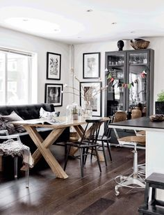 Living Room : Home with black walls – via cocolapindedesign… Scandinavian Style Home, Scandinavian Interior Design, Nordic Design, Modern Interior, Sol Sombre, Sweet Home, Living Room Remodel, Deco Design, Black Walls