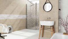 Basic badkamer met mozaïek tegels in de douche. De wand in de rest van de badkamer is natuursteenlook die halverwege wordt gebroken door witte tegels.