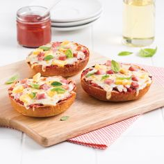 Mini-pizzas jambon-ananas - 5 ingredients 15 minutes Tortilla Pizza, Mini Pizzas, Calzone, Salmon Burgers, Delish, Sandwiches, Food And Drink, Pork, Lunch