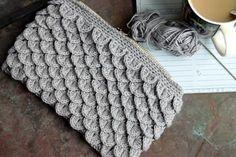Sy lynlås i en taske eller pung, Guide til isyning af lynlås og foer Yarn Crafts, Diy And Crafts, Arts And Crafts, Knitted Bags, Chrochet, Diy Crochet, Crochet Ideas, Crochet Clothes, Merino Wool Blanket