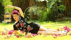 Ana Terra Blanco veste estampas florais inspiradas na pintora mexicana