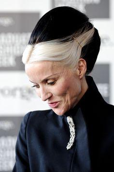Elegant bouffant. Love the contrast of her white front fringe with her stark black hair. Daphne Guinness