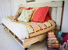 Pallet Daybeds can be placed anywhere in the house. Pallet daybed is a mini form of a proper bed. You can place pillows and cushions on the pallet daybed Pallet Daybed, Diy Pallet Bed, Pallet Couch, Pallet Crafts, Sofa Daybed, Pallet Projects, Diy Daybed, Outdoor Daybed, Sofa Couch