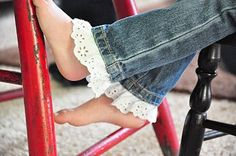 When your little girl's jeans get too short, and the next size up is still too long, add a ruffle Sewing Hacks, Sewing Projects, Sewing Tips, Diy Vetement, Diy Couture, Creation Couture, Girls Jeans, Baby Jeans, Diy Clothing