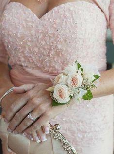 d7e5fd93eddc Complementos de novia  fotos pulseras con flores para novia y damas de  honor (11