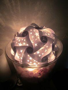 Diese Puzzlelampe stand auf meiner ToDo-Liste.  Nun hab ich sie endlich gemacht und sie leuchtet so schön.   Geschnitten aus Karteikartenp...