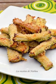 Zucchini with Parmesan for aperitif: 2 zucchini, 2 eggs, breadcrumbs, parmesan … Veggie Recipes, Vegetarian Recipes, Cooking Recipes, Healthy Recipes, Food In French, Vol Au Vent, Light Recipes, Parmesan, Food Inspiration