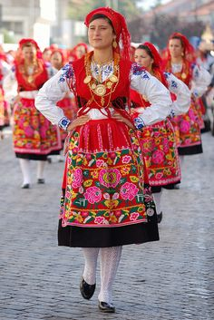 Minho Portugal - traditional costums (teach some folk dance moves) Folk Fashion, Ethnic Fashion, Folklore, Moda Popular, Estilo Popular, Costumes Around The World, Folk Dance, Ethnic Dress, Folk Costume