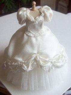 Handgefertigte wunderschöne Miniatur Puppenhaus Elfenbein Seide Ballgown oder Hochzeit Kleid 1:12th Skala