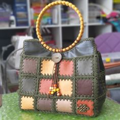 Diy Crafts - Great,Knitting-Best 12 Another great example of the wood, leather and knitting trio 👜👛 Ÿ . Crochet Handbags, Crochet Purses, Crochet Bags, Real Leather, Leather Bag, Bag Pattern Free, Patchwork Bags, Clothes Crafts, Leather Accessories
