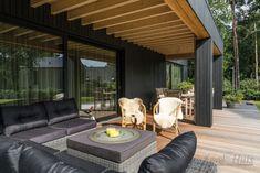 Een heerlijke buitenkamer met uitzicht op de tuin. Patio, Outdoor Decor, Home Decor, Decoration Home, Room Decor, Home Interior Design, Home Decoration, Terrace, Interior Design