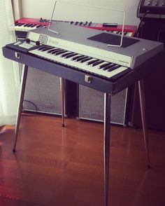 VOX JaguarそっくりのModel-PのGEMオルガン、シルバーボディがクールな37鍵ミニタイプ。スピーカー内蔵でアンプなしでも演奏可能です。ただ、... Band Photos, Music Images, Vintage Keys, Music Store, Cd Cover, Musical Instruments, Keyboard, Musicals, Retro