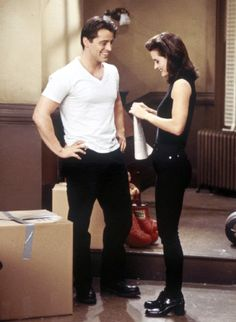 Matt LeBlanc as Joey Tribbiani & Courtney Cox as Monica Geller love her outfit Friends Tv Show, Friends 1994, Friends Mode, Monica Friends, Tv: Friends, Serie Friends, Friends Cast, Friends Moments, Friends Forever