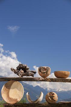 Im Erdgeschoß des Hof Lahngut hat sich Bauer Karl Heinz Windegger seine Drechslerei-Werkstätte mit Blick auf die Apfelbäume eingerichtet. Ihr Herzstück ist die gusseiserne Drechselbank, an der er seine vielfältigen Unikate aus Holz zaubert. Roter Hahn - Südtirol