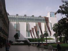 Madrid, Museo Thyssen Bornemisza // Museo Thyssen-Bornemisza es una pinacoteca de maestros antiguos y modernos ubicada en Madrid (España). Su existencia se debe al acuerdo de arrendamiento (1988) y a la posterior adquisición, por parte del Gobierno español (1993), del núcleo más valioso de la colección privada reunida a lo largo de siete décadas por la familia Thyssen-Bornemisza.