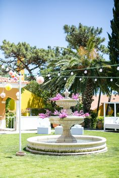 Cocktail in the charming Fountain garden in this dreamy venue by the sea Photo by Catarina Zimbarra Photography #weddinginportugal #weddingvenuebytheseainportugal #weddingdestinationinportugal #destinationweddingsinportugal