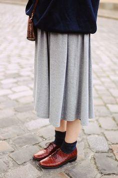 旬のミモレ丈スカートとのスタイリング。  丈バランス、色バランス、すべてパーフェクトな足元です。
