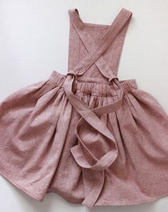 Robe Pinafore, Pinafore Dress Pattern, Girls Pinafore Dress, Linen Dress Pattern, Baby Girl Dresses, Girl Outfits, Cute Outfits, Dress Girl, Toddler Girl Dress Shoes