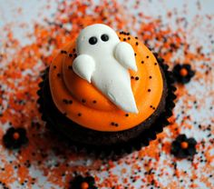 Royal Icing Ghosts with Black Pearl Eyes- Approximately inches Halloween Cake Treats and Cupcake toppers. Royal icing is Halloween Desserts, Dulces Halloween, Postres Halloween, Hallowen Food, Halloween Goodies, Halloween Food For Party, Halloween Ghosts, Holidays Halloween, Halloween Treats