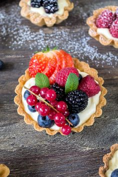Colorful berry tartlets for Mother& Day - Tartelettes with colorful berries and mascarpone cream Mini Muffin Desserts, Mini Dessert Recipes, Fancy Desserts, Tart Recipes, Delicious Desserts, Spring Desserts, Thanksgiving Desserts, Holiday Desserts, Strawberry Desserts