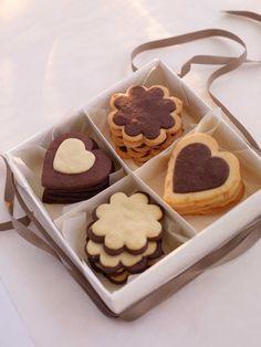 Lekre småkjeks med både hvit og mørk sjokolade, som er perfekte å gi bort til for eksempel jul. Så enkelt og så vakkert kan det altså gjøres! Diss...
