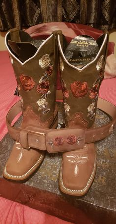 See more ideas about Boots, Cowboy boots and Cowgirl boots. Cute Cowgirl Boots, Cute Cowgirl Outfits, Rodeo Boots, Rodeo Outfits, Cowboy Boots Women, Cute Boots, Cowgirl Style, Western Boots, Fiesta Outfit