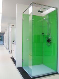 Glazen Douche achterwand gelakt in groene kleur met douche hoekopstelling in extra klaar glas. Te bezichtigen in onze toonzaal in Turnhout.