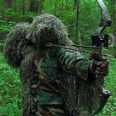 Airsoft Ghillie suit hiding tips: Camouflage your weapons, relax, move slow, stay away from the bushes. Can you wash your Ghillie suit? Bushcraft, Survival Gear, Survival Skills, Tactical Survival, Survival Weapons, Wilderness Survival, Survival Prepping, Zombies, Ghillie Suit