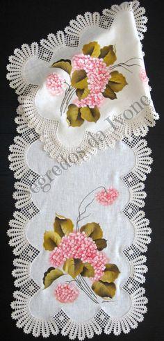 CM29- Pintura e crochet em caminho de mesa