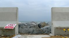After its success in 2014 with the Medmerry managed realignment project on the Sussex coast, construction consortium Team Van Oord has completed another coastal protection scheme, with the help of precast units. The £30m Broomhill Sands coastal defence project, near Rye, East Sussex, involved construction of a precast concrete wave wall and rock revetment along a 2.4km stretch of coast.