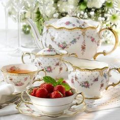 . Café Chocolate, Strawberry Tea, Royal Crown Derby, Romantic Cottage, Romantic Homes, Teapots And Cups, My Cup Of Tea, Tea Service, China Patterns