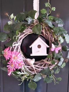 Leuke krans,voorjaarskrans of paaskrans. Voor Pasen of het hele voorjaar. Met klimop, vogel en vogelhuisje. En met mooie roze bloemen!