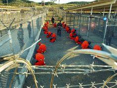 Las primeras imagenes del recien abierto campo de detencion de Guantanamo, realizadas por el fotografo de la marina Shane T. McCoy, son distribuidas a los medios por el Pentagono en el 2002. Incluso mostrando solo lo que querian mostrar la conmocion mundial es tan grande que la imagen de victima del 11S empieza a disiparse, dando paso a la imagen de un Estados Unidos vengativo, y una administracion que usa el Terror para combatir el Terror.