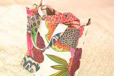 Sy en kasse Idag visar jag ett roligt och enkelt sypyssel här på sidan! Här kommer beskrivningen på en enkel tygkasse i vaxat tyg! Textiles, Popular Pins, Sweden, Diy And Crafts, Applique, Projects To Try, Presents, Xmas, Homemade